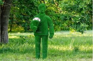 Топиари мужчина с букетом - газон Eco
